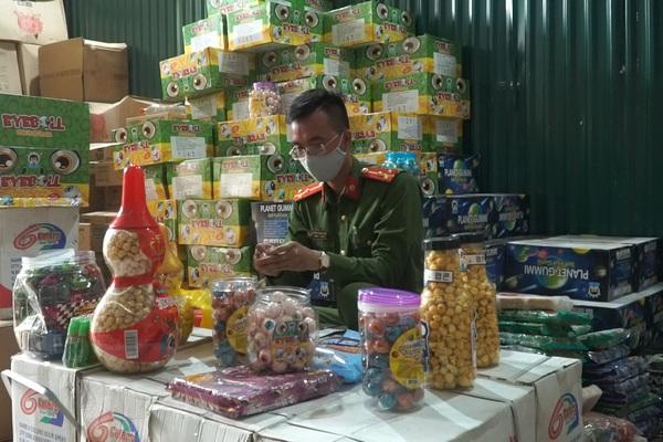 """Clip: Triệt phá kho bánh kẹo nhập lậu quy mô lớn ở Hà Nội chuyên hoạt động """"ngầm"""" về đêm"""