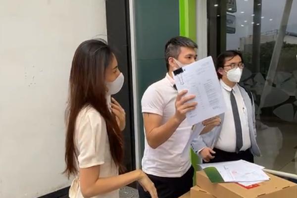 Kinh tế nóng nhất tuần: Thuỷ Tiên - Công Vinh không được livestream trong ngân hàng