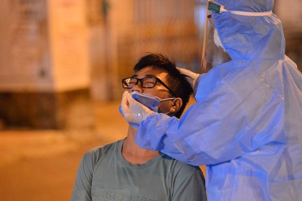 """""""Thần tốc"""" lấy 5.000 mẫu xét nghiệm trong đêm sau khi phát hiện 9 F0 tại quận Long Biên"""