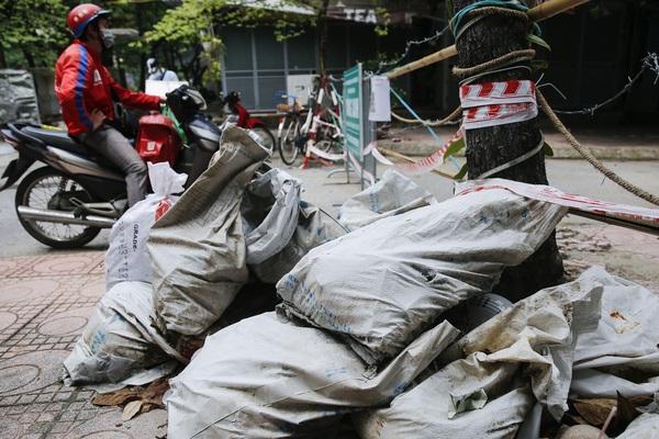 Hà Nội: Nhiều chốt kiểm soát tại vùng xanh thành nơi tập kết rác, không có người trông coi
