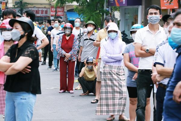 """Hà Nội: Dân phòng """"khàn cổ, rát họng"""" khi yêu cầu người dân giãn cách, xếp hàng mua bánh trung thu"""