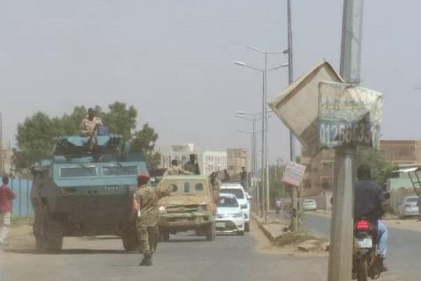 """Nóng: Đang 'say sưa"""" đảo chính, 40 sĩ quan Sudan bị tóm gọn đưa lên xe thùng về đồn"""