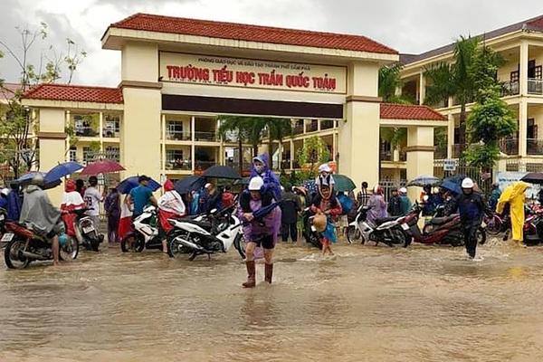 Quảng Ninh: Mưa lớn khiến TP Cẩm Phả ngập úng, trường học có nơi ngập sâu 1m