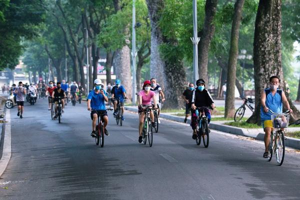 Hà Nội: Người dân hào hứng đổ ra bờ hồ Hoàn Kiếm tập thể dục từ 4h sáng
