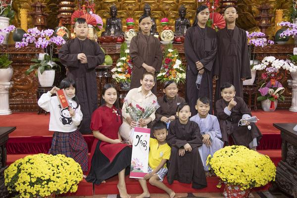 Số phận 13 con nuôi mang họ Phạm của Phi Nhung sẽ ra sao khi mẹ qua đời?