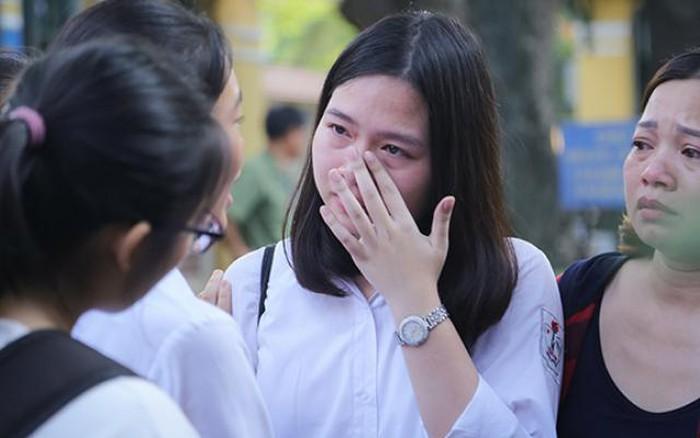 Thi vào lớp 10: Sĩ tử bật khóc sau khi ra khỏi phòng thi môn Toán
