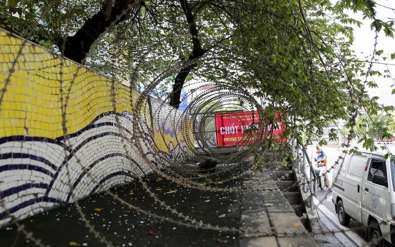 Lập hàng rào dây thép gai để ngăn người dân vi phạm tại khu vực phong tỏa
