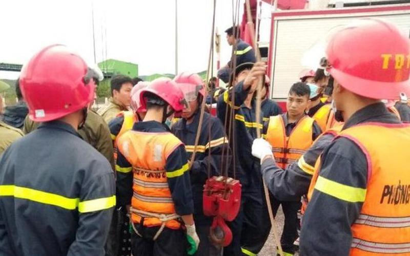 """Clip giải cứu nạn nhân sụt """"hố tử thần"""" ở Thanh Hóa ngay trong bão dông"""