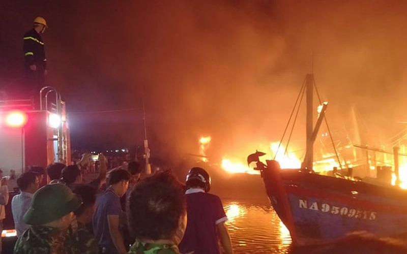 Nóng: 4 tàu đánh cá bốc cháy dữ dội tại cảng Lạch Quèn