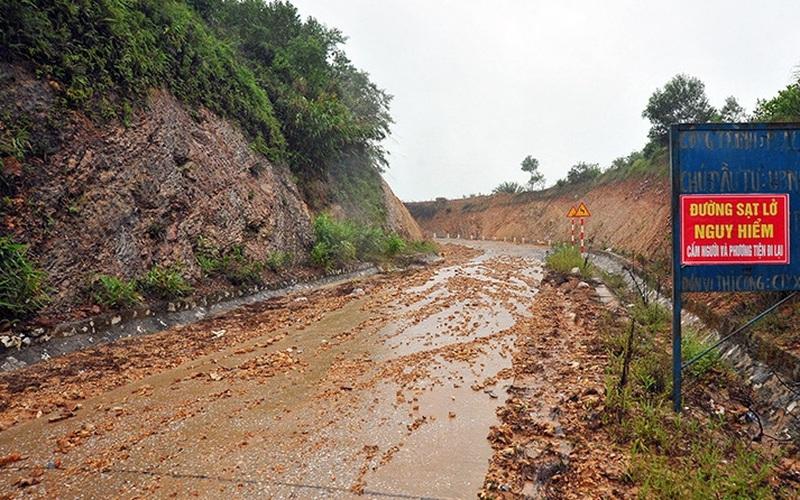 Hà Tĩnh: Do mưa lũ, đường Phúc Trạch - Hương Liên sạt lở nghiêm trọng