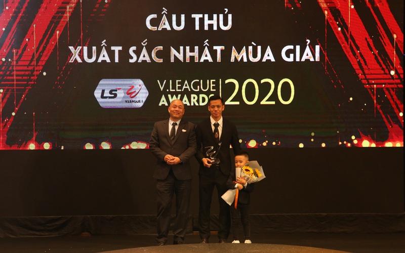 Văn Quyết nói gì khi đoạt giải Cầu thủ xuất sắc nhất V.League 2020?