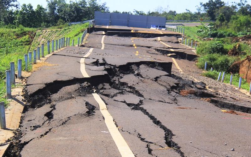 Hình ảnh con đường 250 tỷ đồng mới hoàn thành đã tan nát, công an vừa khởi tố