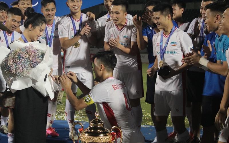 Khánh Linh nghẹn ngào suýt khóc khi Bùi Tiến Dũng bất ngờ mang nhẫn kim cương cầu hôn cùng chiếc cúp vô địch của Viettel