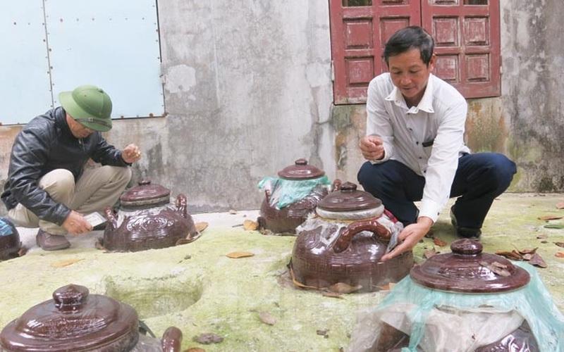 Hải Dương: Bắt những con đặc sản ngoài đồng mang về làm mắm, bất ngờ nhất là có người đặt mua cả chum to