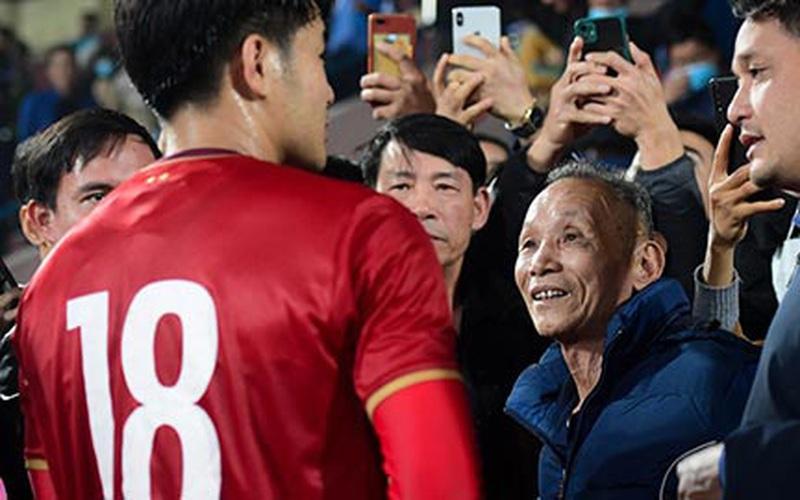 Clip: Hà Đức Chinh xúc động gặp ông nội sau trận giao hữu trên đất Phú Thọ quê hương