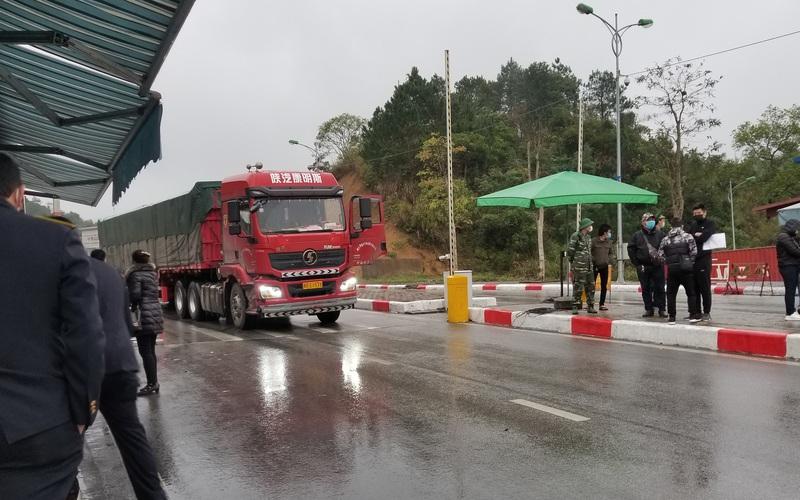Ùn ùn xe chở nông sản thông quan qua cửa khẩu Hữu Nghị
