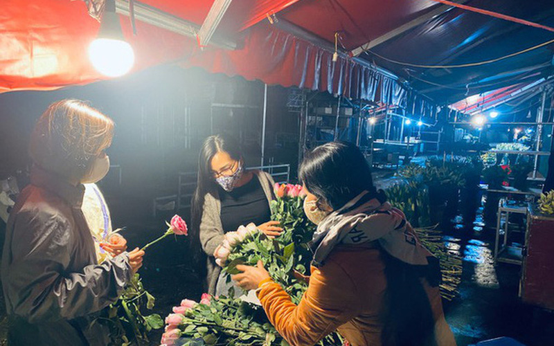 Chợ hoa Quảng An vắng vẻ sau khi dỡ bỏ phong tỏa