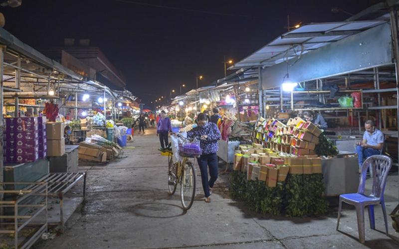 """Chợ hoa lớn nhất Hà Nội lâm cảnh """"hoa cười người khóc"""""""