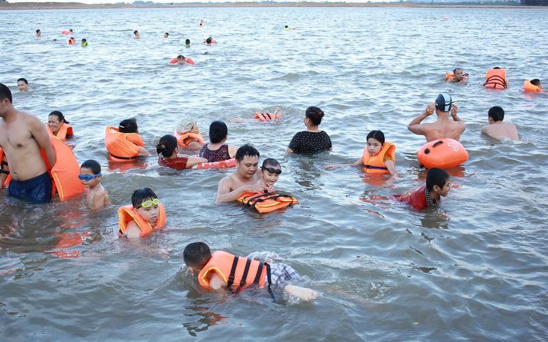 Nghệ An: Sông Lam tấp nập người bơi lội,  dân thành phố Vinh mang cả thuyền ra chèo