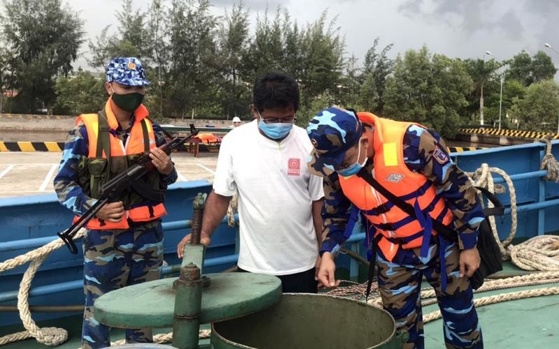 Cảnh sát biển bắt giữ một tàu nước ngoài sang mạn dầu trái phép trên biển
