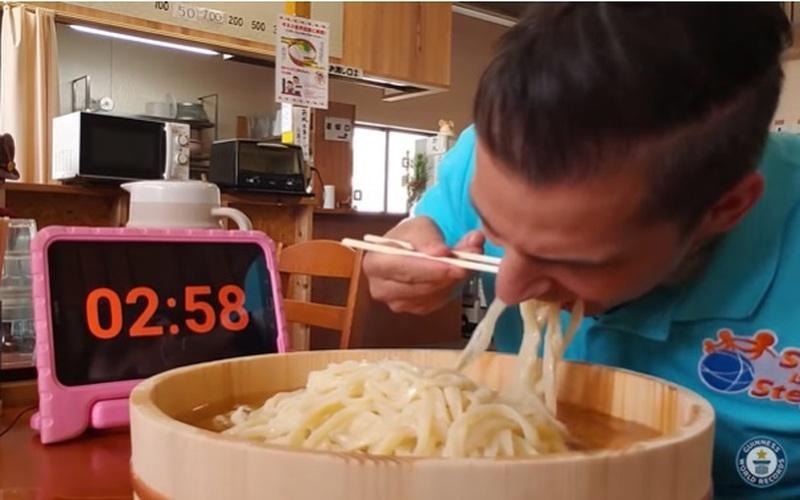 Choáng kỷ lục Guiness thế giới 3 phút ăn hết 1 kg mì