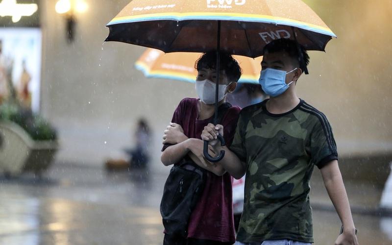 Bão số 2: Hà Nội mưa cả ngày khiến mực nước sông Tô Lịch bất ngờ dâng cao