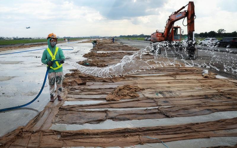 500 công nhân cải tạo đường băng Tân Sơn Nhất