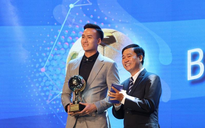 Cầu thủ trẻ Bùi Hoàng Việt Anh được vinh danh tại Gala Quả Bóng Vàng Việt Nam 2020