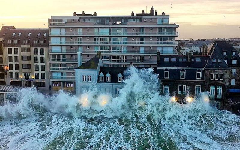 Ảnh: Chiêm ngưỡng những ngọn sóng cao hơn tòa nhà 3 tầng