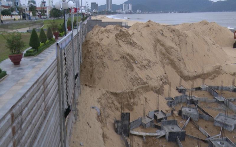 Clip: Ngang nhiên đào bới, thi công công trình không phép trên bãi biển Quy Nhơn
