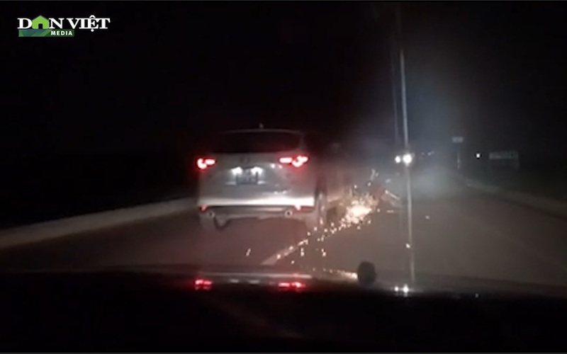 """Clip: Kinh hoàng xe ô tô """"điên"""" kéo lê xe máy tóe lửa hàng km"""