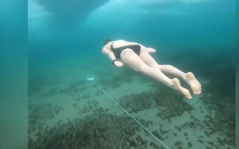 Kỷ lục Guinness: Lặn 85m dưới hồ băng lạnh giá không cần đồ chuyên dụng