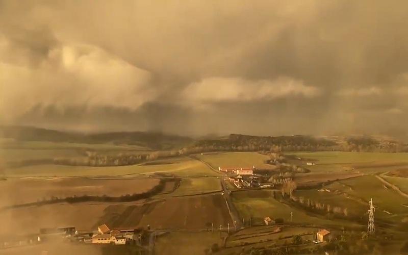 """Đám mây bão kỳ lạ trông như """"ngày tận thế"""" bao phủ Catalonia (Tây Ban Nha)"""