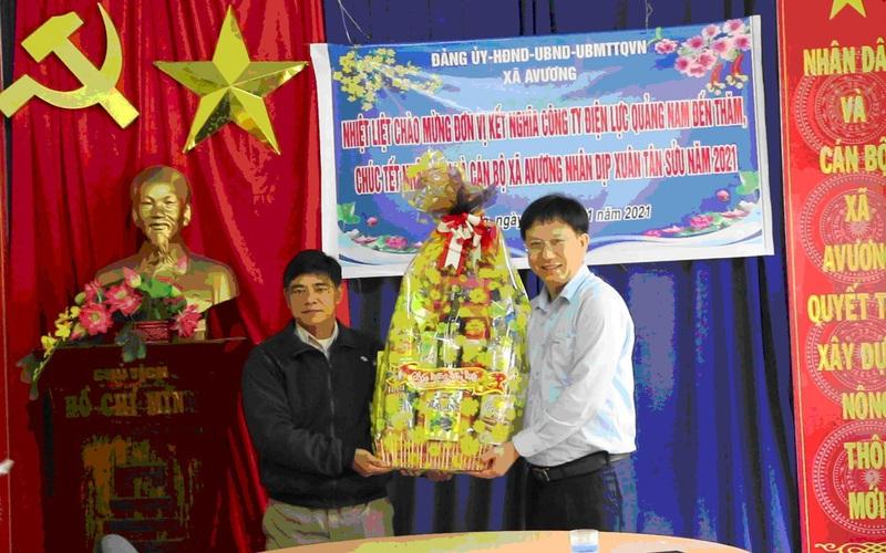Công ty Điện lực Quảng Nam thăm, tặng quà tết cho người dân xã A Vương