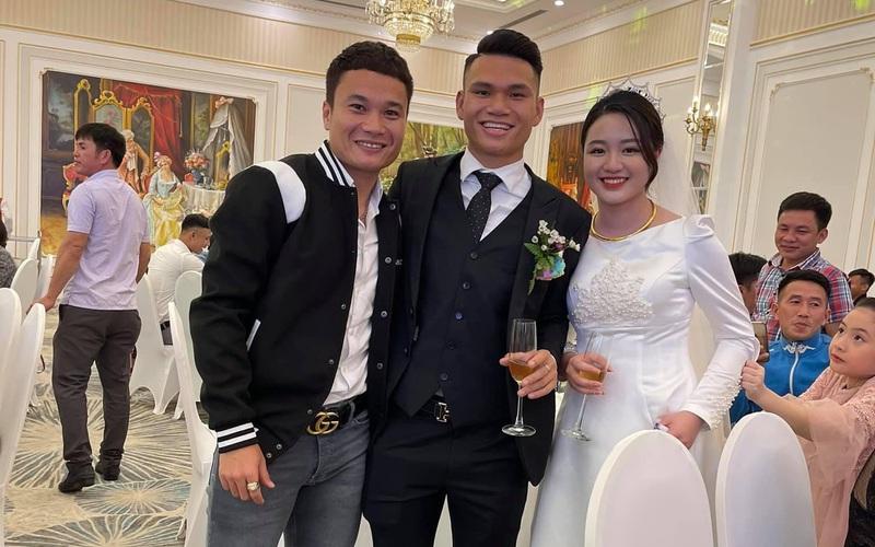 Hai cầu thủ Việt làm đám cưới cùng ngày giữa mùa Covid-19: Những đồng đội nào trực tiếp đến chúc mừng?