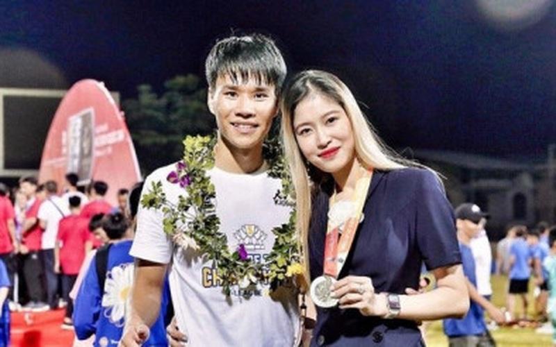 Hậu vệ Hà Nội FC và chuyện tình yêu xa 9 năm với nghiên cứu sinh tại Anh