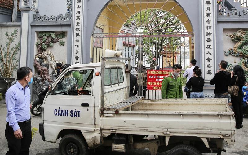 Hà Nội: Công an gác cổng, người dân lập bàn lễ và vái vọng trước cổng đền chùa