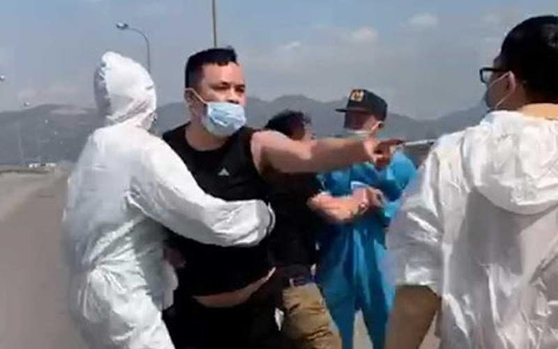 Clip: Thanh niên uống rượu, cố tình vượt chốt kiểm dịch Covid, đánh CSGT bị thương