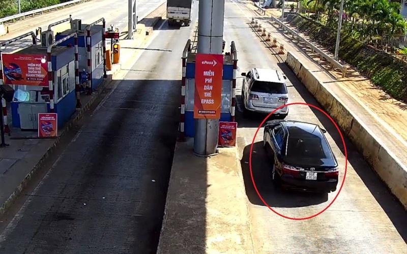 """Clip: Tài xế ô tô tông gãy barie, """"thông chốt"""" trạm thu phí Liên Đầm 3 lần"""