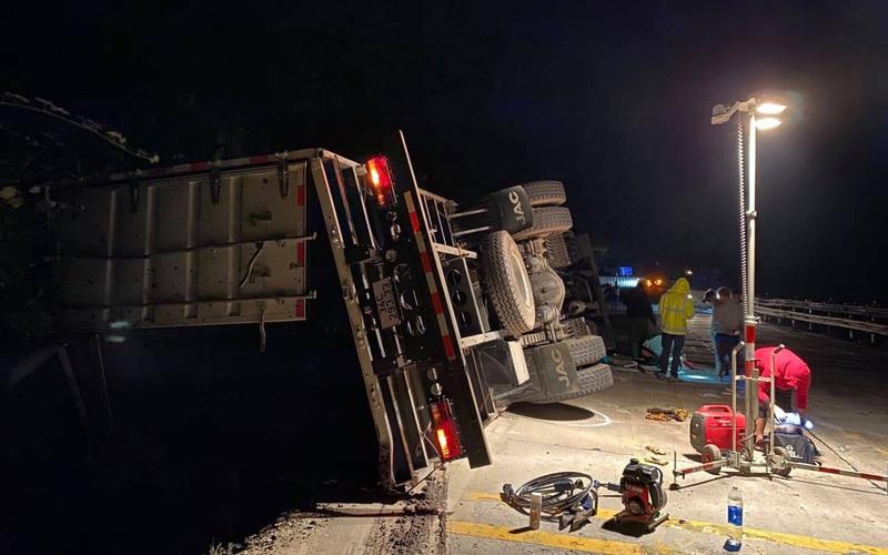 Cua đèo, xe tải và xe cẩu tông trực diện, 2 người thương vong