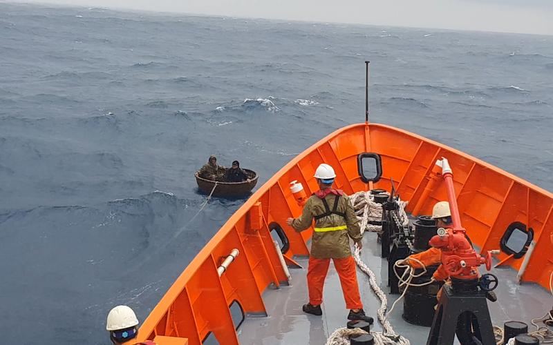 Tàu bị chìm vì sóng dữ, 2 thuyền viên ôm thúng chai giữa giông tố chờ được cứu
