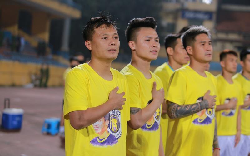 Quang Hải cùng các cầu thủ Hà Nội FC tri ân Hùng Dũng