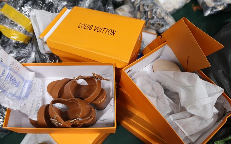 Hà Nội: Triệt phá thành công kho chứa hàng nghìn đôi giầy dép giả mạo các nhãn hiệu nổi tiếng thế giới