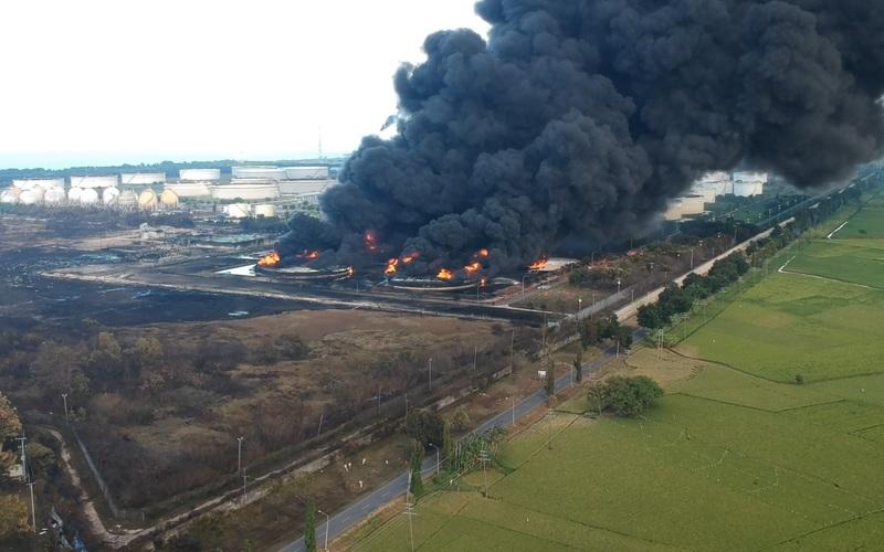 Clip: Sau vụ nổ, nhà máy lọc dầu ở Indonesia tiếp tục bốc cháy dữ dội