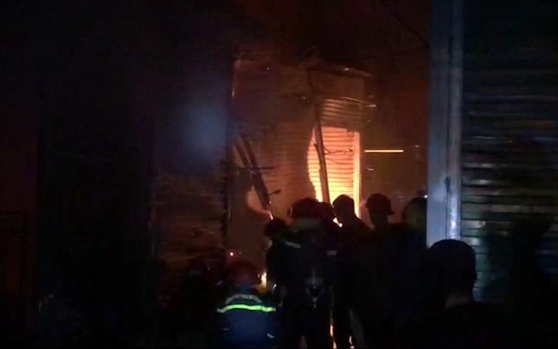 Điện Biên: Cháy lớn tại chợ Noong Bua, cả chục ki-ốt bị thiêu rụi hoàn toàn