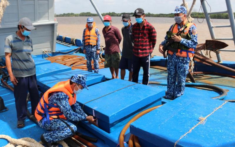 Liên tiếp bắt giữ tàu vận chuyển dầu trái phép trên biển