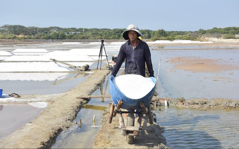 Hạt muối Bà Rịa nổi tiếng cả nước, vì sao diêm dân vẫn quanh năm lao đao?
