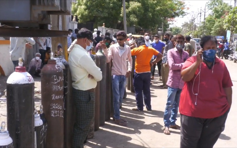 Clip: Người dân Ấn Độ xếp hàng dài chờ bình oxy để cứu người thân bị Covid-19