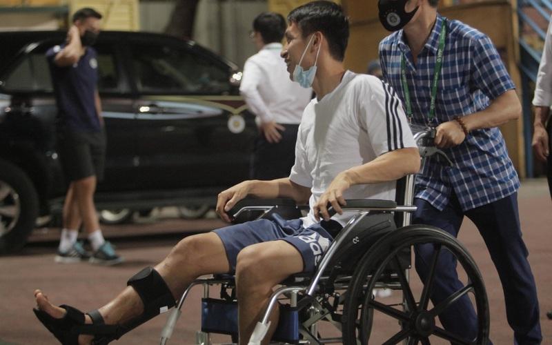 Clip: Hùng Dũng ngồi xe lăn cùng vợ con đến cổ vũ Hà Nội FC