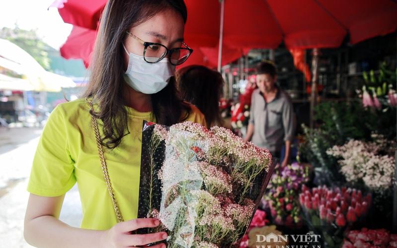 """Người Hà Nội """"phát sốt"""" với loài hoa bông nhỏ như hạt gạo, nhìn góc nào cũng lạ và đẹp"""